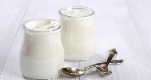 греческий йогурт из закваски живой баланс в банках с ложками на деревянном столе