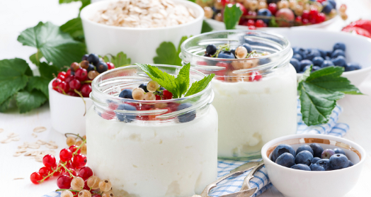 йогурт из закваски живой баланс в банках с ягодами на клетчатой скатерти
