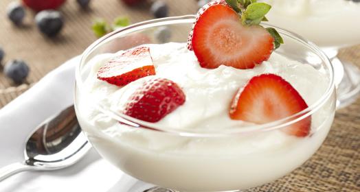 вкусный йогурт из закваски живой баланс в креманке с клубникой на белой салфетке с ложкой