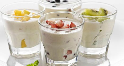 домашний йогурт из закваски живой баланс  в стаканах с фруктами и ягодами на белой тарелке