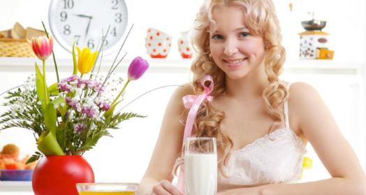 Домашний йогурт из закваски живой баланс на столе в стакане перед светловолосой девушкой