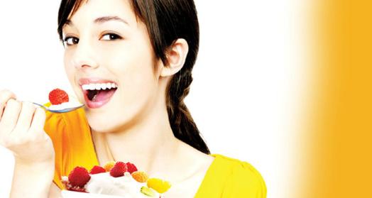 девушка кушает из креманки йогурт с ягодами из закваски живой баланс