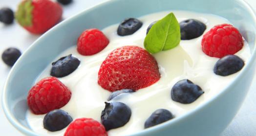 Легкий йогурт из закваски живой баланс в с ягодами в голубой пиале