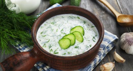 холодный суп из йогурта из закваски живой баланс с огурцами и укропом в деревянной миске