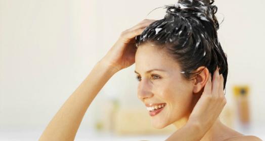 девушка делает маску для волос из йогурта по-гречески из закваски живой баланс