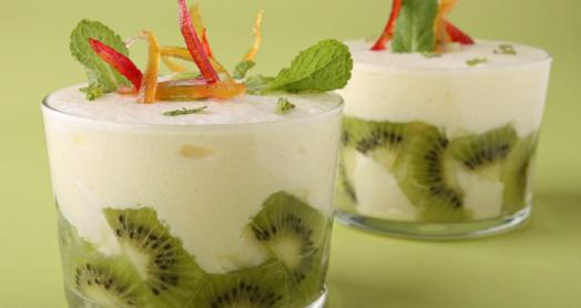 йогурт из закваски живой баланс с киви, листочкам мяты и декоративным элементами в широких стаканах