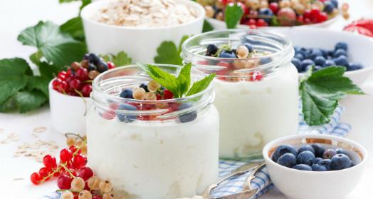 греческий йогурт из закваски живой баланс в банках с ягодами на клетчатой скатерти