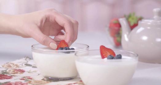 йогурт из бактериальной закваски живой баланс в пиалах с ягодами
