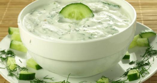 греческий йогурт из закваски живой баланс с зеленью и огурцами в глубокой белой пиале
