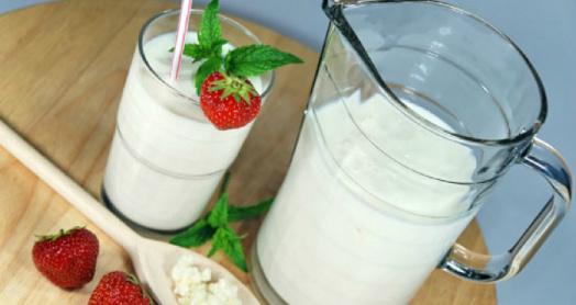 домашний йогурт из закваски с бифидобактериями живой баланс в графине и стакане с ягодами клубники