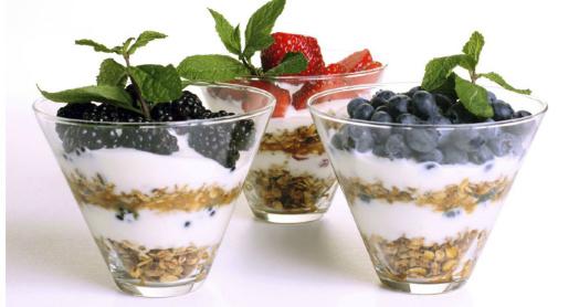 домашний йогурт из закваски живой баланс в порционных стеклянных стаканах с ягодами, мятой и овсяными хлопьями
