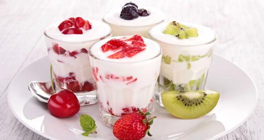 домашний йогурт из закваски живой баланс с фруктами и ягодами в стаканах на тарелке