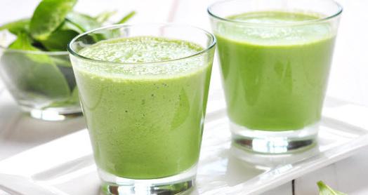 Смузи из имбиря, груши и домашнего йогурта из закваски живой баланс в стаканах на подносе