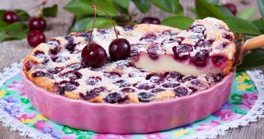 французский десерт с вишней и кефиром из закваски живой баланс в форме для торта, украшенный вишнями на кружевной салфетке
