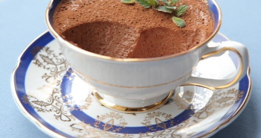 мусс из шоколада и домашнего творога из закваски живой баланс в чашке на блюдце с листочками мяты