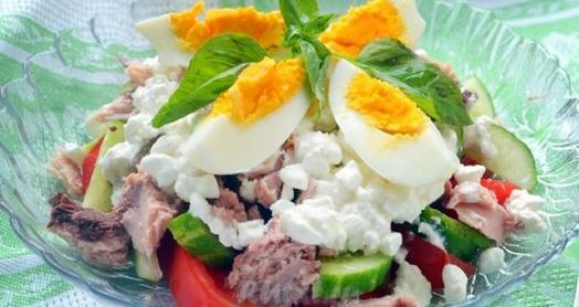 вкусный салат из домашнего творога из закваски живой баланс и тунца в стеклянной салатнице