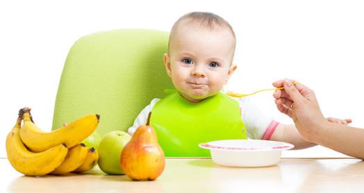 малыш кушает творог из закваски живой баланс ложечкой с бананами, яблоками, грушками