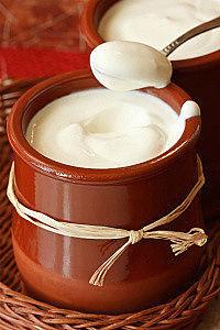 свежий йогурт из закваски живой баланс в керамических горшках с ложкой в плетеной корзинке