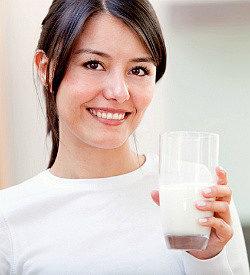 девушка держит в руках стакан с кефиром, приготовленным из кефирной закваски живой баланс