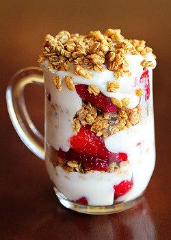 греческий йогурт из закваски живой баланс в стеклянной чашке с клубникой и овсяными хлопьями