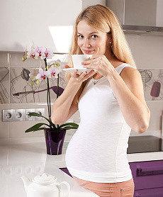 будущая мамочка пьет из белой чашки на блюдце иван-чай живой баланс