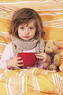 ребенок с простудой в толстом шарфе пьет из огромной чашки коричневого цвета иван-чай живой баланс