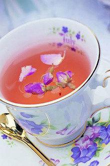 напиток иван-чай живой баланс с лепестками иван-чая в фарфоровой белой чашке на блюдце с изображением иван-чая