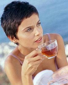 девушка пьет заваренный иван-чай живой баланс из прозрачной чашки