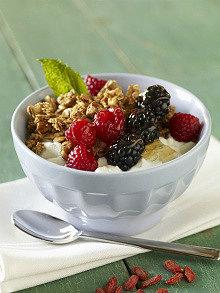 вкусный греческий йогурт из закваски живой баланс в белой пиале с орехами и ягодами