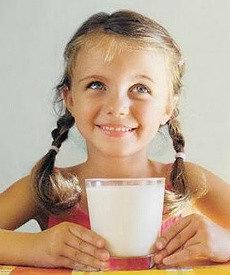 девочка пьет из стакана домашний кефир из закваски живой баланс