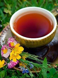 иван-чай живой баланс в коричневой чашке среди цветов