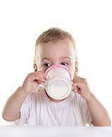 малыш пьет из поильника домашний йогурт из закваски живой баланс